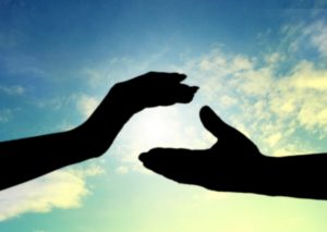 空と手の影