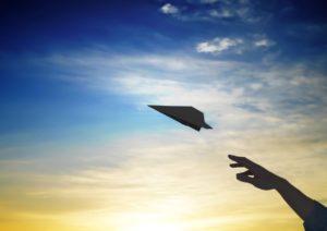 夕日と紙飛行機